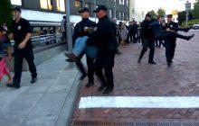 Protestująca pod Sejmem grupa Obywateli RP została wyniesiona przez strażników. Na tym nie koniec... [WIDEO]