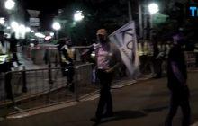 Nagranie z osamotnionym Mateuszem Kijowskim na manifestacji KOD podbija sieć. Czy nikt nie chce już rozmawiać z byłym liderem KOD? [WIDEO]