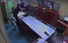 Polska policja publikuje nagranie z przesłuchania zatrzymanego. W pewnym momencie mężczyzna zaczął się okaleczać [WIDEO]