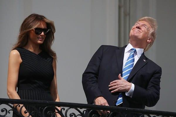 W ten sposób Donald Trump obserwował zaćmienie słońca. Prezydent sprawdził, czy ostrzeżenia specjalistów nie są