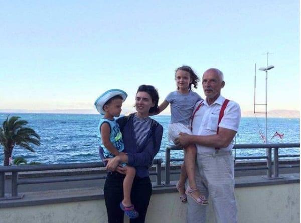 Janusz Korwin-Mikke na wakacjach. Pochwalił się zdjęciami z żoną i dziećmi [FOTO]