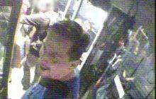 Ten mężczyzna dotkliwie pobił pasażera w autobusie. Policja publikuje jego wizerunek i prosi o pomoc