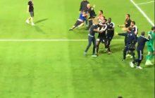Bramkarz francuskiej drużyny wywołał zamieszki! Kopnął piłkę wprost w kibiców, a ci... wbiegli na murawę i chcieli go dopaść [WIDEO]