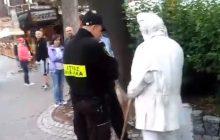 Bulwersujące nagranie z Zakopanego. Straż Miejska... poskramia groźnego ulicznego mima.
