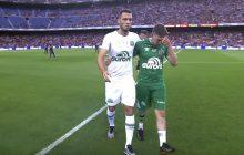 Piłkarze Chapecoense, którzy przeżyli katastrofę samolotu rozpoczęli mecz z Barceloną. Wzruszający moment na Camp Nou [WIDEO]
