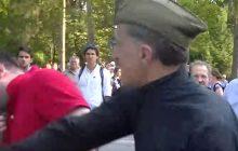 Skandaliczna sytuacja na Powązkach. Mężczyzna uderzony w twarz, interweniowała policja.