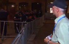 Policjanci wyśmiali uczestnika kontrmanifestacji smoleńskiej? Po sieci krąży zabawne nagranie [WIDEO]