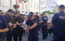 Awantura podczas marszu Młodzieży Wszechpolskiej. Doszło do blokady. Stanowcza interwencja policji [WIDEO]