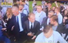 Donald Tusk przybył do prokuratury. Na miejscu tłum dziennikarzy. Były premier zabrał głos [WIDEO]