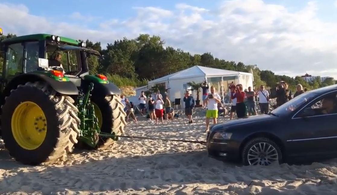 Mężczyzna zapewnił plażowiczom w Międzyzdrojach wyjątkową rozrywkę. Jego audi musiał wyciągać... traktor [WIDEO]