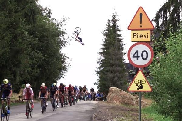 Wspaniały wyczyn polskiego zawodnika. Przeskoczył rowerem nad peletonem podczas Tour de Pologne! [WIDEO]