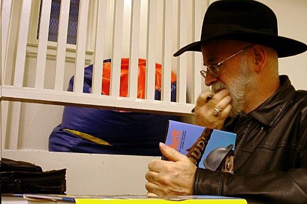 Niedokończone powieści Terry'ego Pratchetta zniszczone... walcem!
