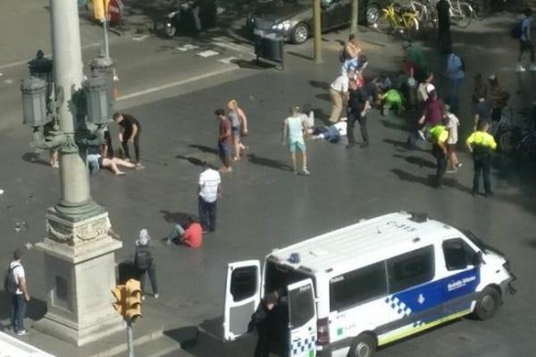 Zamach terrorystyczny w Barcelonie. Rozpędzona furgonetka wjechała w pieszych [WIDEO]