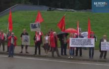 """Skandaliczna manifestacja zorganizowana przez rosyjskich komunistów w Katyniu. """"Polscy naziści. Precz z brudnymi łapami!"""" [WIDEO]"""