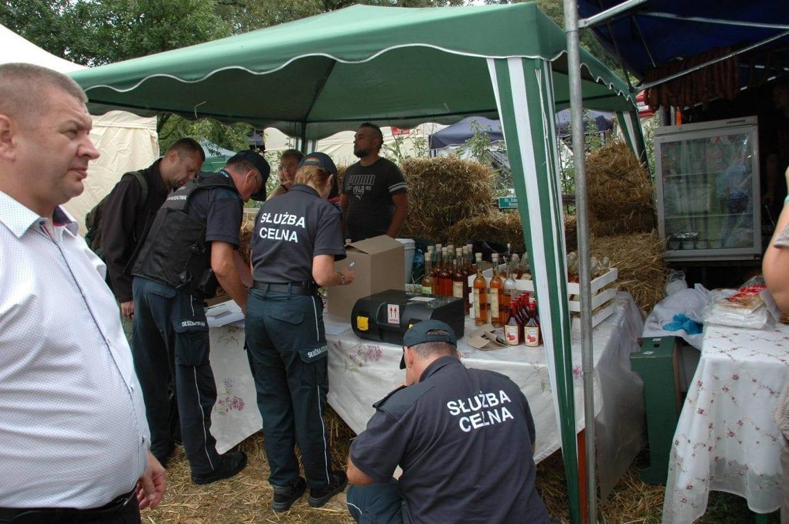 248 kontroli, 1200 litrów skonfiskowanego alkoholu. Tak skarbówka walczy ze sprzedawcami lokalnych nalewek
