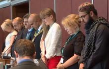 Zaskakująca scena podczas Rady Miasta w Anglii. Urzędnicy rozpoczynają pracę od wspólnej modlitwy do Allaha? [WIDEO]
