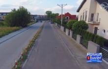 Tak wygląda porozumienie pomiędzy samorządami w Polsce. Zamiast jednej porządnej drogi wybudowali dwie równoległe, odgradzając je słupkami