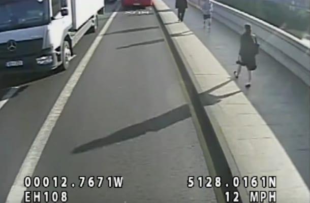 Biegacz wepchnął kobietę wprost pod autobus. Wypłynęło szokujące nagranie [WIDEO]