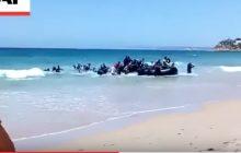 Niecodzienny widok na plaży. Ludzie się opalają, a do brzegu przybija... łódź pełna imigrantów [WIDEO]