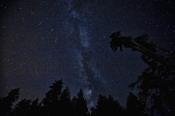 """Noc """"spadających gwiazd"""" już dzisiaj! Wskazujemy gdzie najlepiej zaobserwować to piękne zjawisko"""