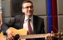 Minister Morawiecki... gitarzystą?