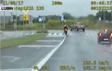 Spektakularny pościg policji za motocyklistą. Ścigany nawet po zderzeniu z autem kontynuował ucieczkę [WIDEO]