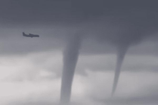 Przerażające nagranie internauty. Samolot pasażerski musiał ominąć kilka tornad przed lądowaniem [WIDEO]