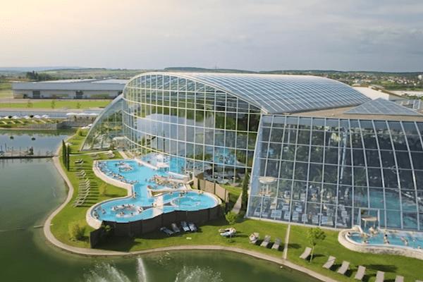 W Polsce powstaje największy zadaszony park wodny w Europie. Najnowsze zdjęcia z placu budowy robią wrażenie [WIDEO]