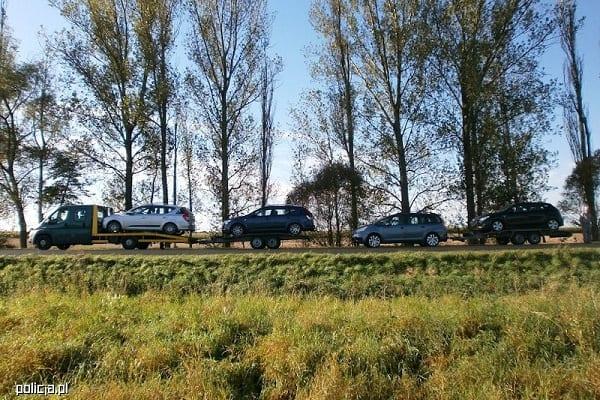 Kierowca ciągnąc 26-metrową kolumnę samochodów przyjechał z Danii do Polski. Ten widok wprawił w osłupienie policjantów [FOTO]