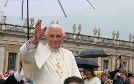 Nowy serial Netflixa opowie o pontyfikacie Benedykta XVI i Franciszka. Kto zagra główne role?