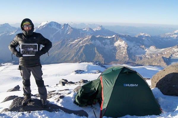 Polski gracz-alpinista zdobył Elbrus. Zadedykował to... ulubionej grze komputerowej!