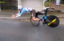 Dramatyczny upadek kolarza przez... próg zwalniający! Wyglądało to naprawdę groźnie [WIDEO]