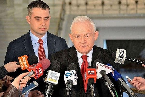 Polityk PiS twierdzi, że Polska powinna domagać się reparacji od dwóch agresorów. Miller ironizuje i... wskazuje trzeciego!