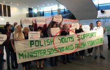 Chcieli wesprzeć ministra z PiS przed wizytą w Trybunale Sprawiedliwości UE. Zaliczyli sporą wpadkę. Chodzi o napis na transparencie [FOTO]