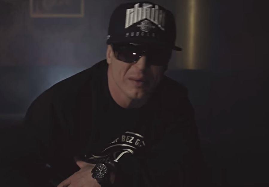 Tomasz Chada, znany polski raper - trafił do szpitala. Na jego profilu opublikowana została niepokojąca fotografia. Co się dzieje? [FOTO]