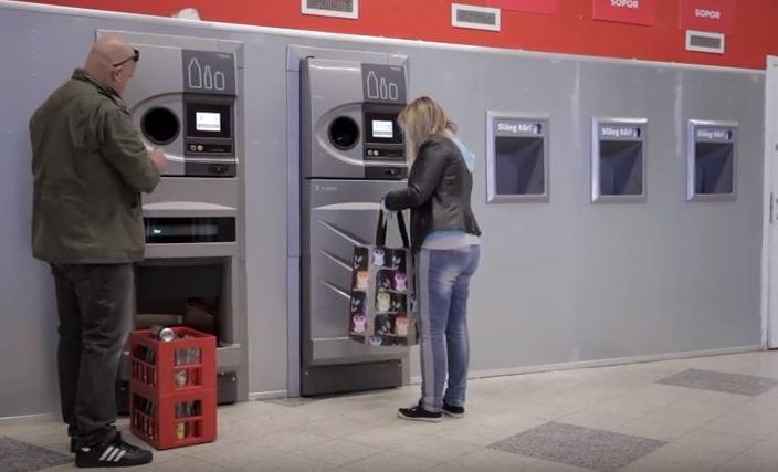 W Niemczech to powszechne. Teraz również w Polsce? Od przyszłego roku takie automaty mogą stanąć w naszym kraju. Za plastikowe butelki otrzymamy pieniądze [WIDEO]