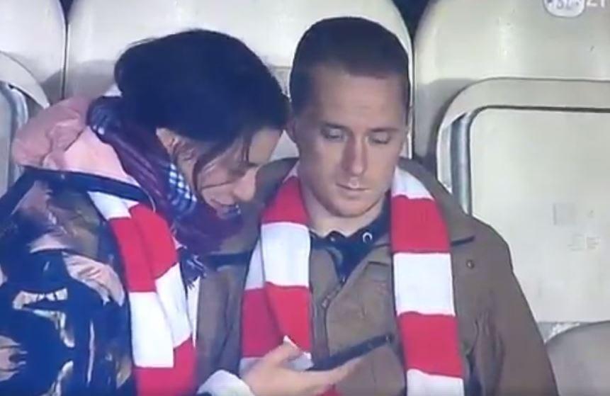 Genialne nagranie z meczu Pucharu Polski. Drużyna tego kibica właśnie dostała sromotne lanie, a jego dziewczyna... no właśnie, to trzeba zobaczyć! [WIDEO]