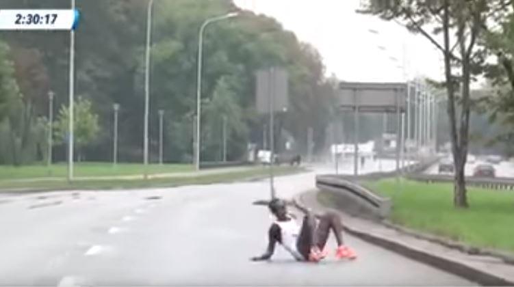 Dramatyczna sytuacja podczas Maratonu Warszawskiego. Wyczerpana biegaczka z Kenii upadła przed samą metą i... nie mogła się podnieść [WIDEO]