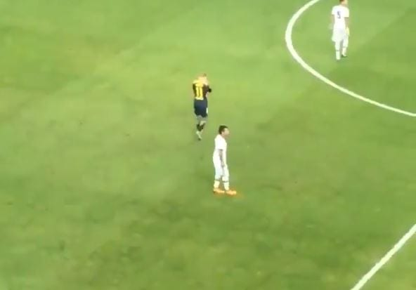 Kuriozalna sytuacja podczas meczu Ligi Mistrzów. Piłkarz opuścił boisko... z powodu zbyt głośnego dopingu. Tak zachowywał się w trakcie gry [WIDEO]