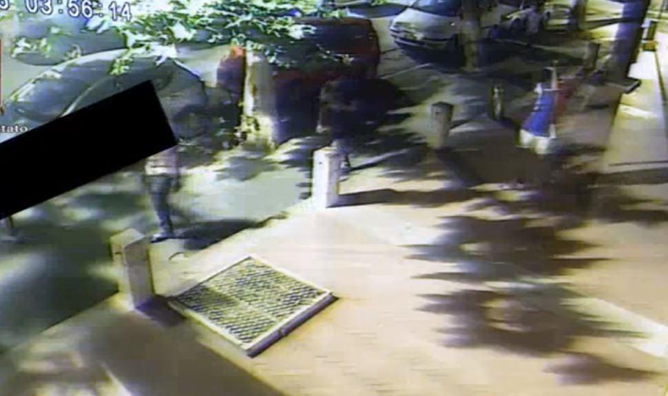 Włoska policja opublikowała nowe nagranie z udziałem gwałcicieli z Rimini. Po wszystkim spokojnie spacerowali ulicami miasta [WIDEO]