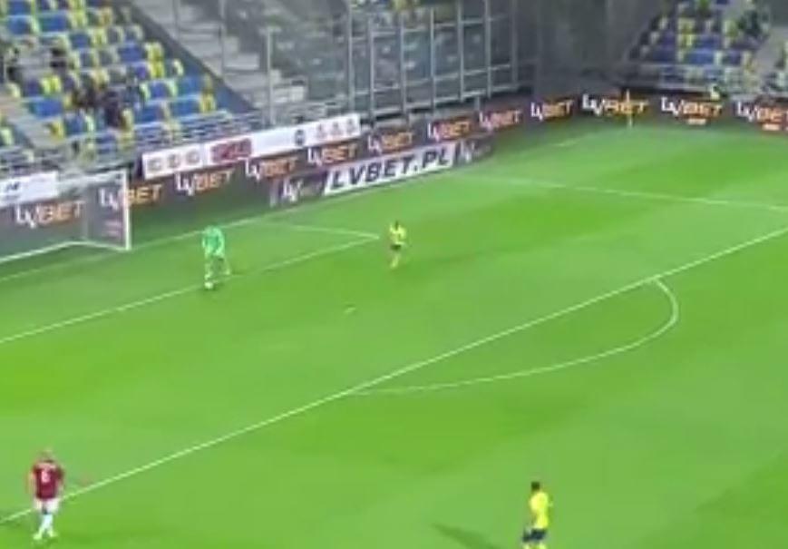 Genialne nagranie z meczu polskiej ekstraklasy! Napastnik Arki Gdynia próbował... przestraszyć bramkarza.