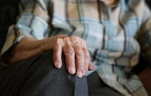 Pielęgniarka znęcała się nad starszym pacjentem. Nie wiedziała, że jest nagrywana [WIDEO]