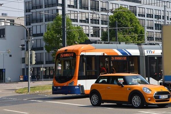 Miasta nie stać na wybudowanie torowiska? Stworzono tramwaj, który pojedzie... bez szyn!