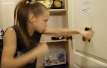 Ta 9-letnia dziewczynka gołymi pięściami rozwala drzwi. Potrafi uderzyć 221 razy w ciągu 30 sekund [WIDEO]