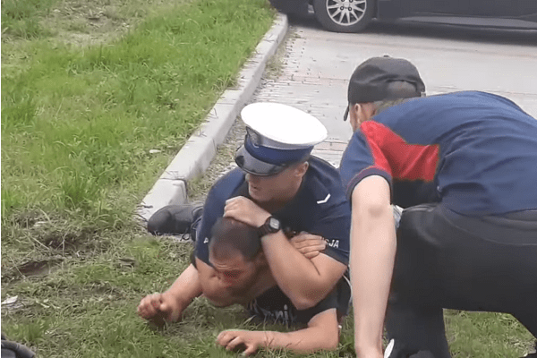 """Skandaliczne zachowanie tłumu podczas interwencji policjanta: """"zabierz mu broń!"""" Funkcjonariusz został zaatakowany gazem i zwyzywany [WIDEO]"""