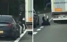 Kierowcy na autostradzie byli w szoku! Z polskiej ciężarówki wyskakiwali... imigranci [WIDEO]