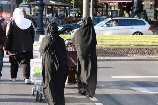 Tam skończyli z burkami! Przegłosowano oficjalny zakaz