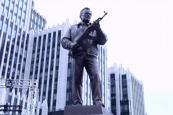Skandal w Moskwie. Odsłonięto pomnik Kałasznikowa z niemieckim karabinem