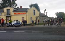 Kuriozalna wpadka podczas wyścigu kolarskiego. Rowerzyści pojechali nie w tę stronę, co trzeba [WIDEO]