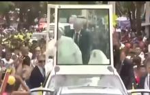 Gwałtowne hamowanie papamobile. Franciszek uderzył głową w metalowy pręt. Skończyło się na drobnych obrażeniach głowy [WIDEO]